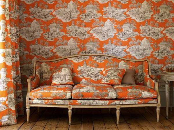 turuncu desenli duvar kağıt odanin her tarafi ayni