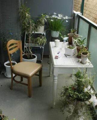balkon portatif masa modeli küçük balkonlar İçin güzel dekorasyon fikirleri - kucuk balkon guzel dekorasyon fikirleri 13 322x400 - Küçük Balkonlar İçin Güzel Dekorasyon Fikirleri