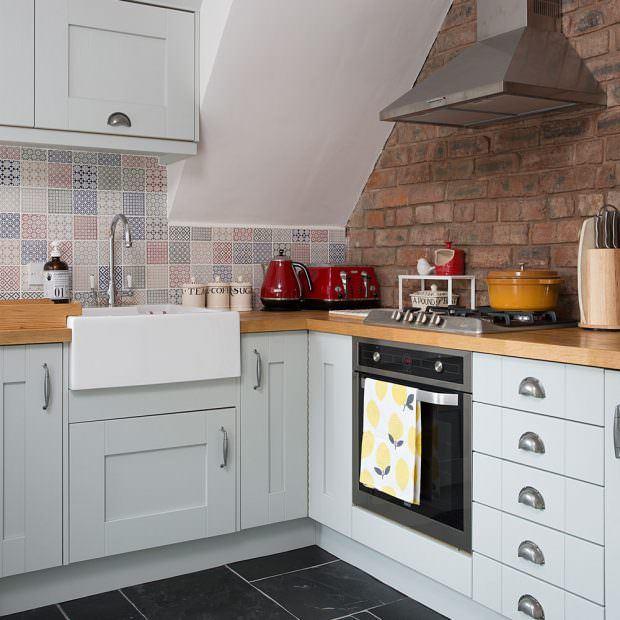 beyaz dolaplı mutfak eskitilmiş duvarlı