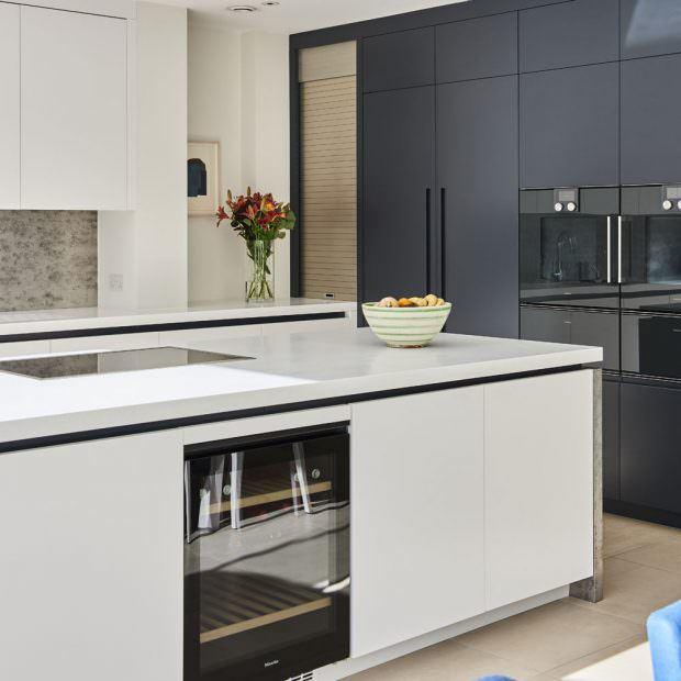 siyah dolaplı beyaz ada tezgahlı mutfak modeli