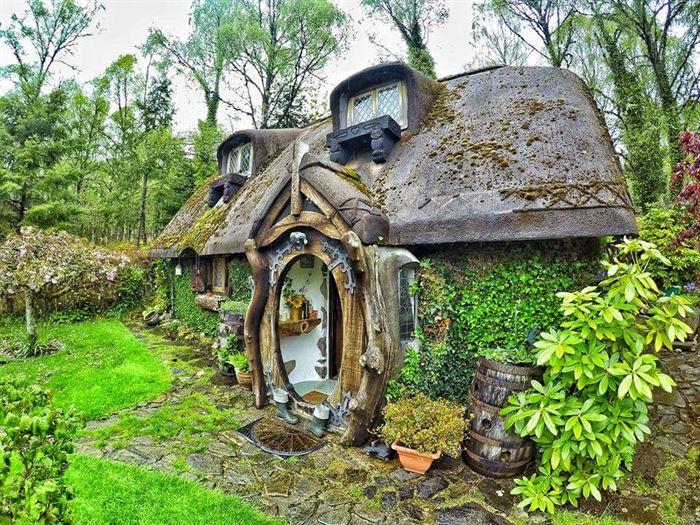 İlginç Doğal Ahşap Tasarımlı Hobbit Tarzı Ev 3