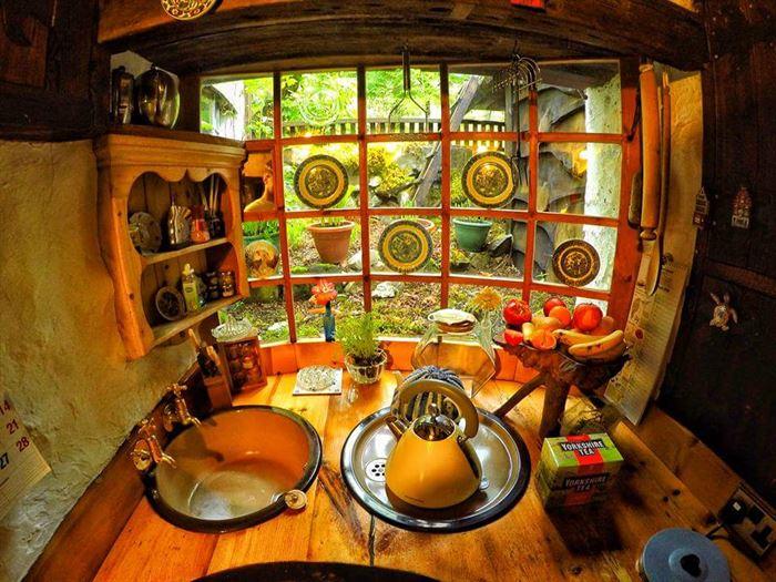 İlginç Doğal Ahşap Tasarımlı Hobbit Tarzı Ev 14