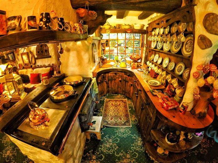 İlginç Doğal Ahşap Tasarımlı Hobbit Tarzı Ev 15