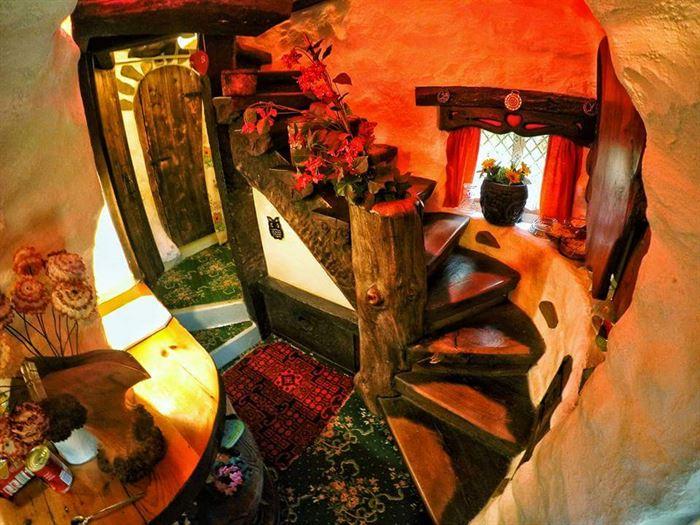 İlginç Doğal Ahşap Tasarımlı Hobbit Tarzı Ev 16