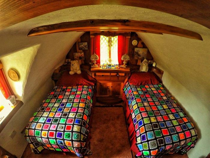 İlginç Doğal Ahşap Tasarımlı Hobbit Tarzı Ev 19