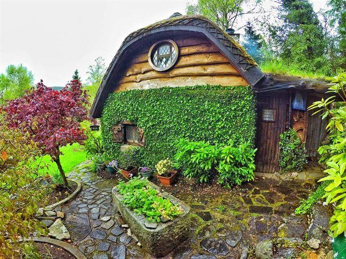 İlginç Doğal Ahşap Tasarımlı Hobbit Tarzı Ev 5