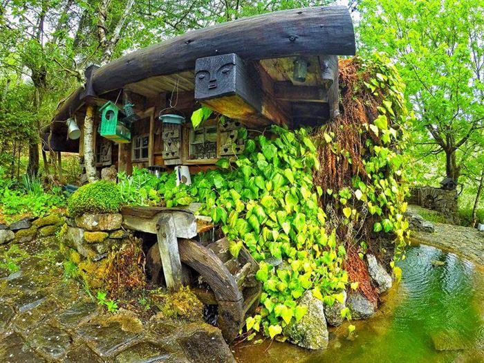 İlginç Doğal Ahşap Tasarımlı Hobbit Tarzı Ev 7