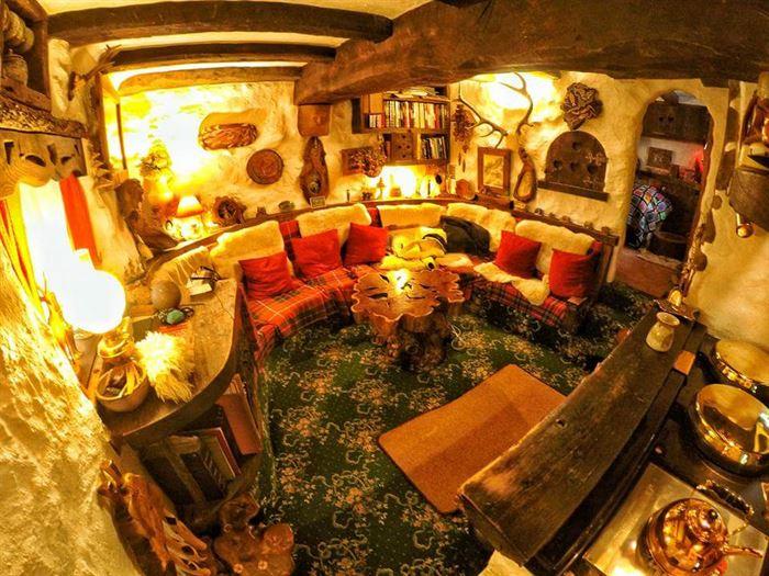 İlginç Doğal Ahşap Tasarımlı Hobbit Tarzı Ev 11