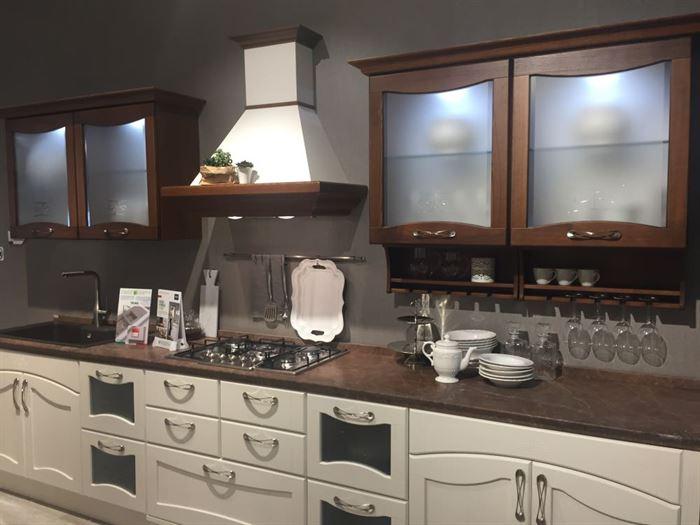 mutfak dolabında buzlu cam kapak