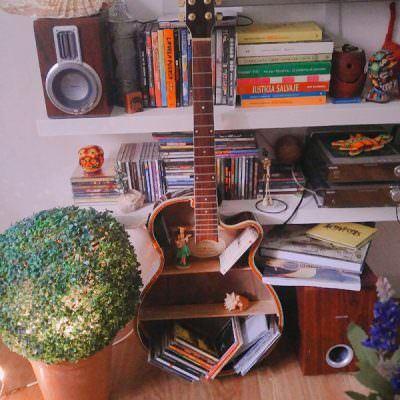 eski-gitarinizi-nasil-raf-sistemine-donusturebilirsiniz eski gitarınızı nasıl raf sistemine dönüştürebilirsiniz - eski gitardan raf sistemi nasil yapilir 1 400x400