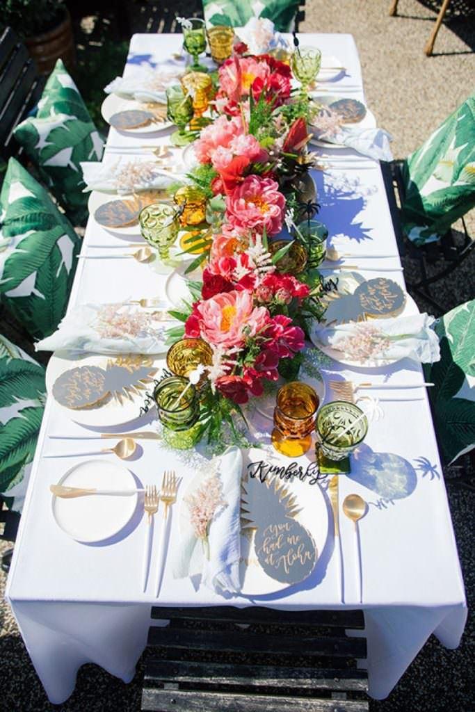 çiçeklerle dış mekan davet masası süsleme