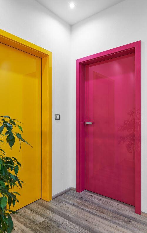 canlı renk seçimleri yaşam alanlarınızı canlı renklerle güzelleştirin - renkli oda kapilari lila fusya mor yesil sari - Yaşam Alanlarınızı Canlı Renklerle Güzelleştirin