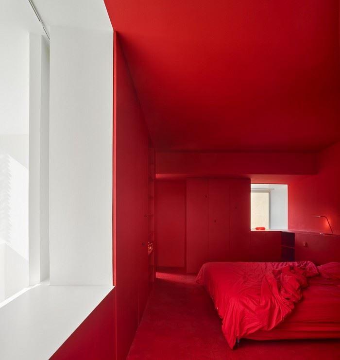 kırmızı dekore edilmiş yatak odası