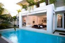 akdeniz stili dekorasyon fikirleri - havuzlu modern ev 225x150 - Akdeniz Stili Dekorasyon Fikirleri