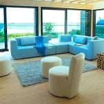 renkli koltuk takımlarıyla oda dekorasyonu - krem mavi tonlarda kanepe 150x150