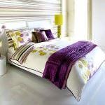 lila-renkli-yatak-ortulu-yatak-odasi