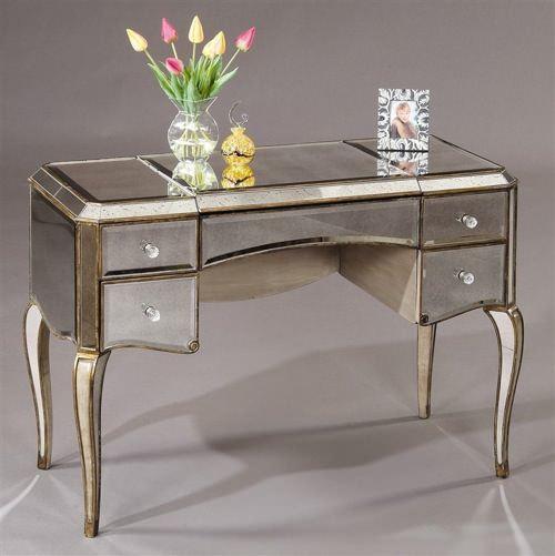 parlak boyalı makyaj masası