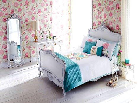 pembe-duvar-kagitli-yatak-odasi